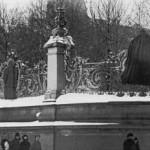 Решётка сада Зимнего дворца с зачехлёнными царскими гербами