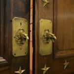 Двери музейного зала