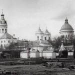 Свято-Троицкий собор (справа) и церковь свв. Фёдора Новгородского и Николая Чудотворца