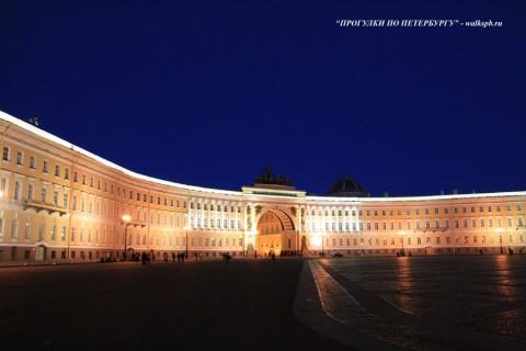 Здание Главного штаба ночью.