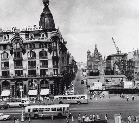 Неизвестный фотограф, Дом книги и канал Грибоедова. Вид со стороны Казанского собора. Конец 1960-х годов.