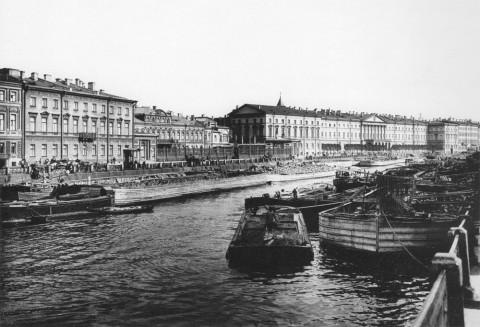 Булла К. К., Баржи со строительными материалами на Фонтанке. 1900-е гг..