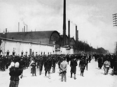 Штейнберг Я. В., Рабочие у ворот Путиловского завода. 1913.