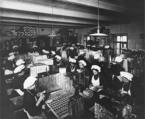 Булла К. К., Работницы шоколадно-кондитерской фабрики Товарищества «Жорж Борман» за упаковской товара. 1910.