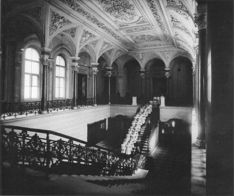 Фотоателье Буллы, Воспитанницы Ксениинского института на лестнице Николаевского дворца. 1909.
