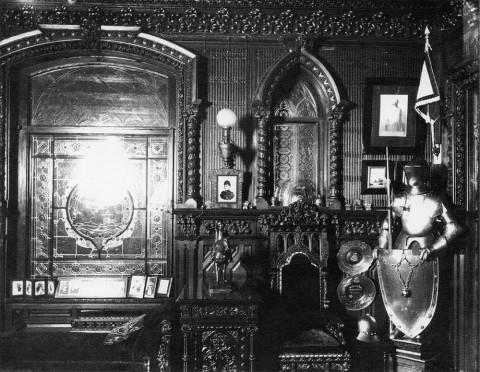 Фотоателье Буллы, Часть кабинета с рыцарскими доспехами в доме графа А. Д. Шереметева. 1908-1909 гг..