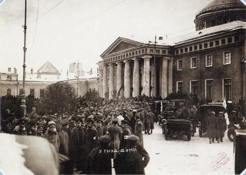 Штейнберг Я. В., У Таврического дворца в день открытия первого заседания совета рабочих и солдатских депутатов 2 марта 1917 года. 02.03.1917.