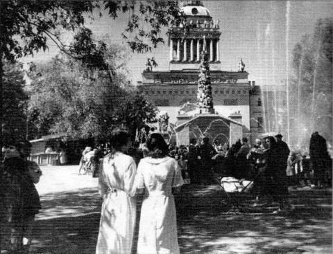 Отдыхающие в саду имени А. М. Горького. 1937.
