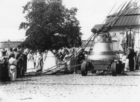 Фотоателье Буллы, Освящение колокола перед поднятием на колокольню Петропавловского собора. 1911 г..