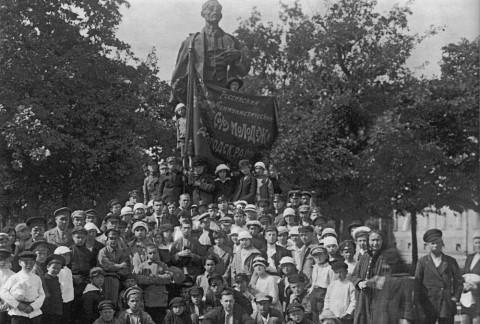 Памятник В. Володарскому на бульваре Профессиональных Союзов. 1919 г..
