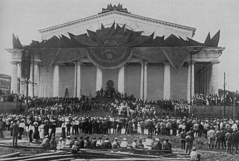 Инсценировка «К мировой коммуне» у здания бывшей Фондовой биржи. 1920 г..