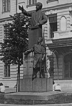 Памятник Г. В. Плеханову, установленный перед Технологическим институтом им. Ленсовета. 1925 г..
