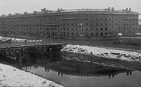 Угловой фасад строящегося жилого дома для рабочих завода «Красный треугольник» на набережной Обводного канала. 1929 г..