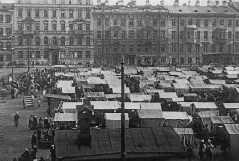 Базар на Покровской (ныне Тургенева) площади. 1918-1926.