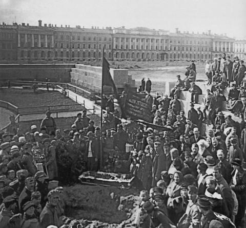 Похороны юного коммунара пролеткультовца Кости Мгеброва-Чекана. 1922 г..