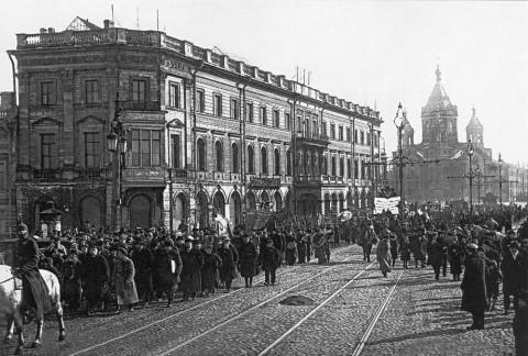 Головная колонна демонстрантов выходит с площади Труда на мост Лейтенанта Шмидта. 01.04.1923.
