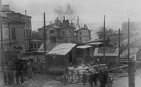 Группа милиционеров на месте железнодорожной катастрофы у Московской заставы. дек. 1930 г..
