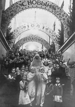 Рахмилович А., Дед Мороз в окружении воспитанников Дворца пионеров на его парадной лестнице. 1941 г..