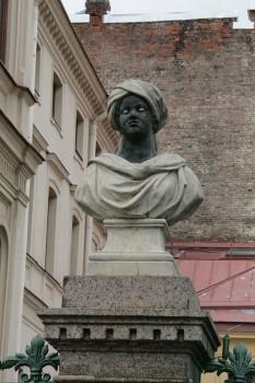 Скульптура на ограде особняка М. В. Кочубея. 2011.10.23.