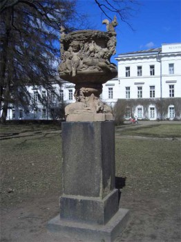Скульптура в парке Лесотехнической академии. 2007.04.14.