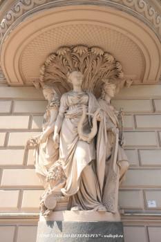Чернега А.В., Скульптура на углу дома №7 по Миллионной улице. 23.06.2012.
