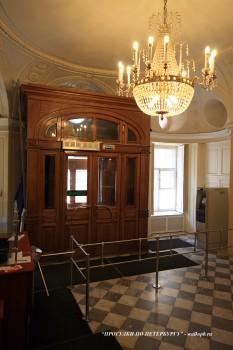 Вестибюль в особняке С. С. Абамелек-Лазарева. 2009.03.27.