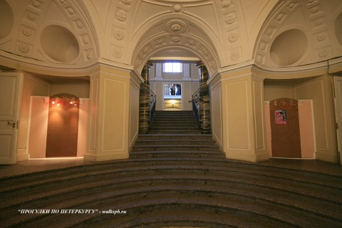 Парадная лестница в особняке С. С. Абамелек-Лазарева. 2009.03.27.