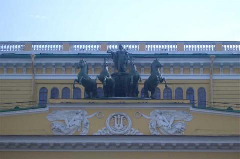 Скульптура на фронтоне Александринского театра.