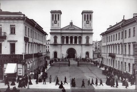 Булла К. К., Вид главного фасада Евангелическо-лютеранской церкви святого Петра с домами 22 и 24 по Невскому проспекту. 1910-е годы.