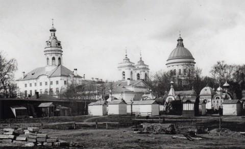 Фотоателье Буллы, Свято-Троицкий собор (справа) и церковь свв. Фёдора Новгородского и Николая Чудотворца. 1913.