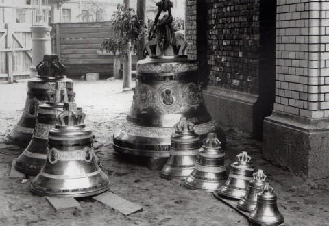 Фотоателье Буллы, Колокола перед поднятием их на колокольню Иоанновского монастыря. 1911.