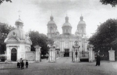 Неизвестный фотограф, Вход на территорию Николо-Богоявленского собора со стороны Никольской улицы (ныне улицы Глинки). 1900-е годы.