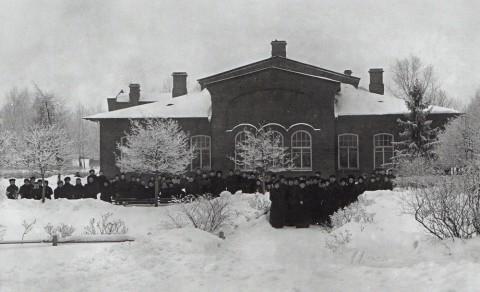 Фотоателье Буллы, Вид здания приютап (дачи) принца П. Г. Ольденбургского в Лесном на Большой Спасской улице. 1911.