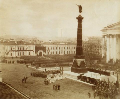 Вестли и К, Торжественная церемония открытия памятника перед Троицким собором. 1886 год.