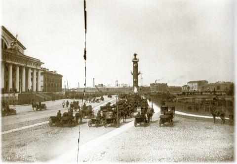 Фотоателье Буллы, Фасад Фондовой биржи и Ростральная колонна. Около 1903 года.