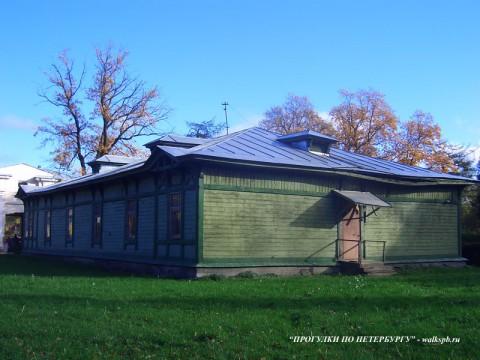 Служебный корпус в Ботаническом саду.