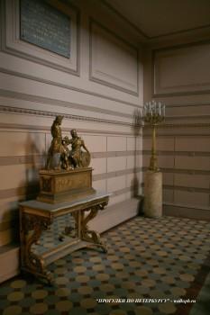 На Парадной лестнице Пушкинского дома.