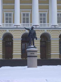 Памятник В. И. Ленину у здания Смольного института. 2006.02.23.