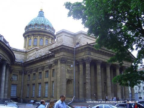 Фасад Казанского собора со стороны Воронихинского сквера.