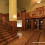 Холл и лестница в особняке В. С. Кочубея