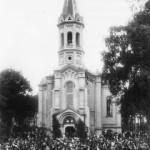 Празднование католического праздника «Тела Господня» у церкви Посещения Девы марии на Выборгском католическом кладбище