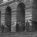 Красногвардейцы и революционные солдаты на охране Смольного