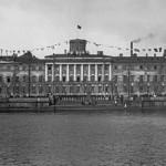 Моряки на набережной у здания Военно-морского училища в День Балтийского флота
