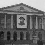 Памятник В. И. Ленину у главного подъезда Смольного