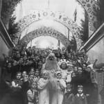 Дед Мороз в окружении воспитанников Дворца пионеров на его парадной лестнице
