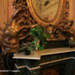 Фрагмент отделки камина в золотой гостиной